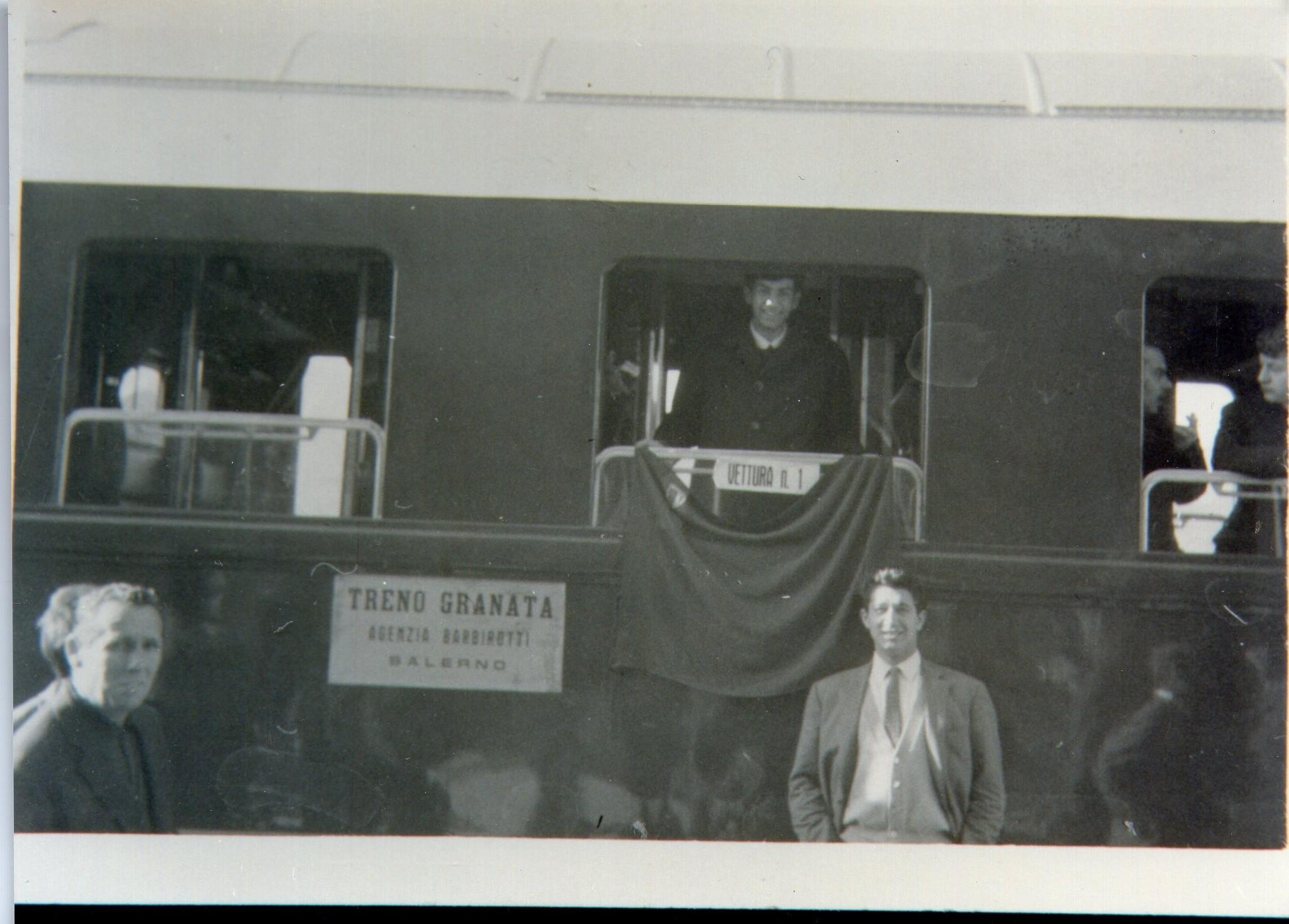 Il treno granata in partenza